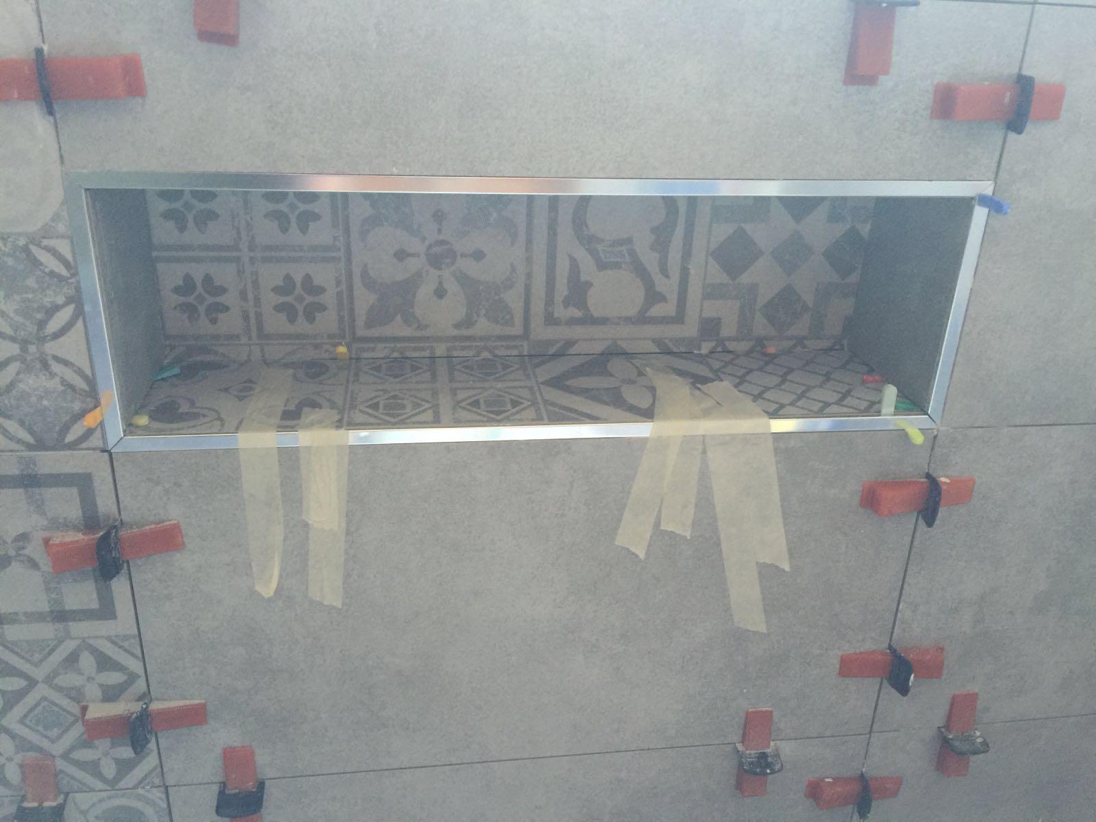 Realizzazione nicchia muratura dettaglio piastrelle posa